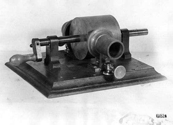 Edison 1877 cylinder phonograph - photo. Photo Library of Congress