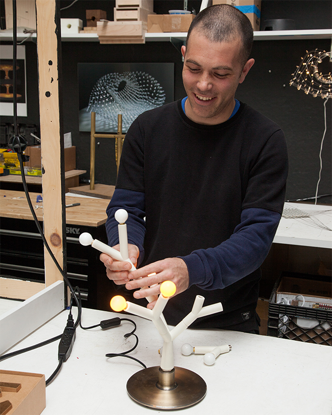 Designer Jason Krugman demonstrating the Splyt Lamp