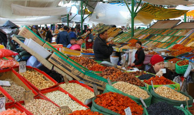 Osh_Bazaar_in_Bishkek,_Kyrgyzstan-_dried_fruits_and_nuts